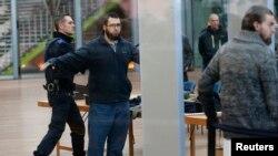 """Подозреваемые в принадлежности к организации """"Шариат для Бельгии"""" в здании суда в Антверпене, 11 февраля 2015 года"""
