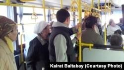 Автобустағы жолаушылар. (Көрнекі сурет)