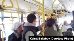 Алматыдағы автобус жолаушылары. (Көрнекі сурет)