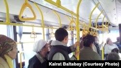 Алматыдағы автобустардың бірінің жолаушылары. (Көрнекі сурет)