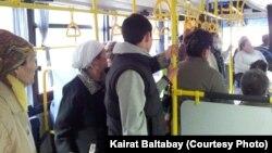 Муниципалдық автопарктің иелігіндегі автобусқа мінген жолаушылар. Алматы, 18 сәуір 2013 жыл.