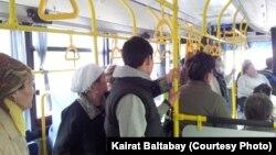 В салоне автобуса, принадлежащего муниципальному автопарку Алматы. 18 апреля 2013 года.
