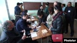 Հրազդանի քաղաքապետի ընտրությունների քվեարկությունը ընտրատեղամասերից մեկում, 17-ը ապրիլի, 2016թ․