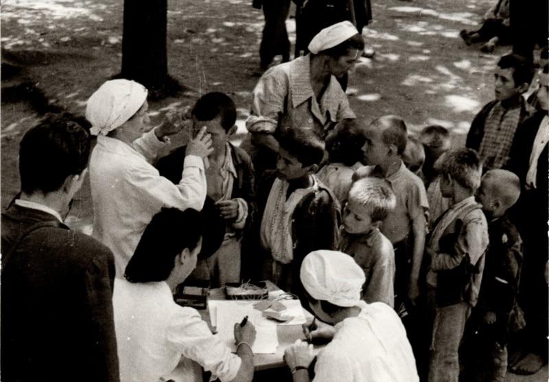 Popisivanje djece odvojene od roditelja u koncentracijskom logoru Stara Gradiška, Hrvatska, ljeto 1942.