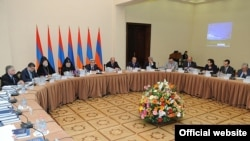Первое заседание Государственной комиссии по координации мероприятий, посвященных 100-летней годовщине Геноцида армян, Ереван, 30 мая 2011 г. (фотография - пресс-служба президента Армении)