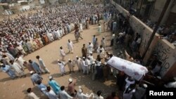 Supporters of Ahle Sunnat Wal Jamaat (ASJW) gather for a funeral in Karachi (file photo, 2011).