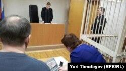 Судья зачитывает решение в отношении Ольги Романовой