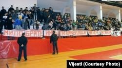 Navijači Lovćena sa natpisima, februar 2013.