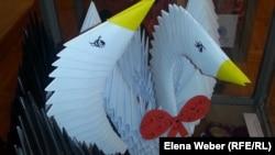 Лебеди, сделанные из бумаги, на выставке в карагандинском музее изобразительных искусств.
