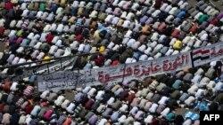 متظاهرون يؤدون صلاة الجمعة(26تموز) في ميدان التحرير