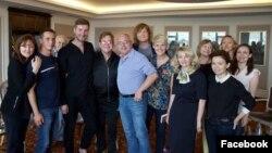 Британский музыкант Элтон Джон (в первом ряду четвертый слева) во время встречи с сообществом людей, живущих с ВИЧ. Москва, 30 мая 2016 года.