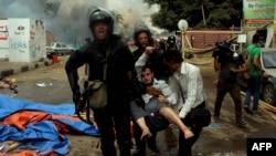 Njesitë speciale të Egjiptit e mbajnë një demonstrues të lënduar gjatë përleshjeve të sotme në Kajro