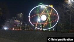 Улуттук Илимдер академиясынын алдындагы атомдун модели.