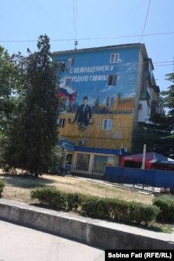 """Pictură murală cu un marinar care seamana cu Putin sub lozinca """"bine ai revenit acasă"""""""
