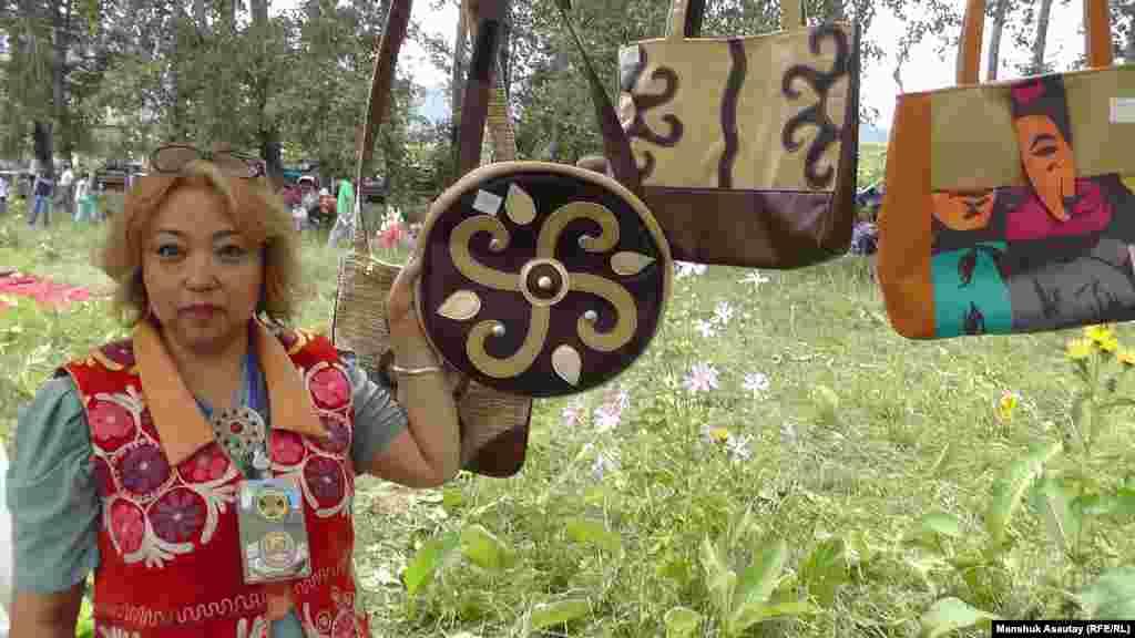 Лаззат Исаханова представила на ярмарке изготовленные ею изделия с казахским орнаментом.