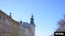 Площа Ринок у Львові була в понеділок майже безлюдна увесь день. Сфотографовано о 12:00.