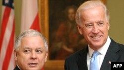 Президент Польщі Лех Качинський (ліворуч) та віце-президент США Джо Байден. Варшава, 21 жовтня 2009 р.