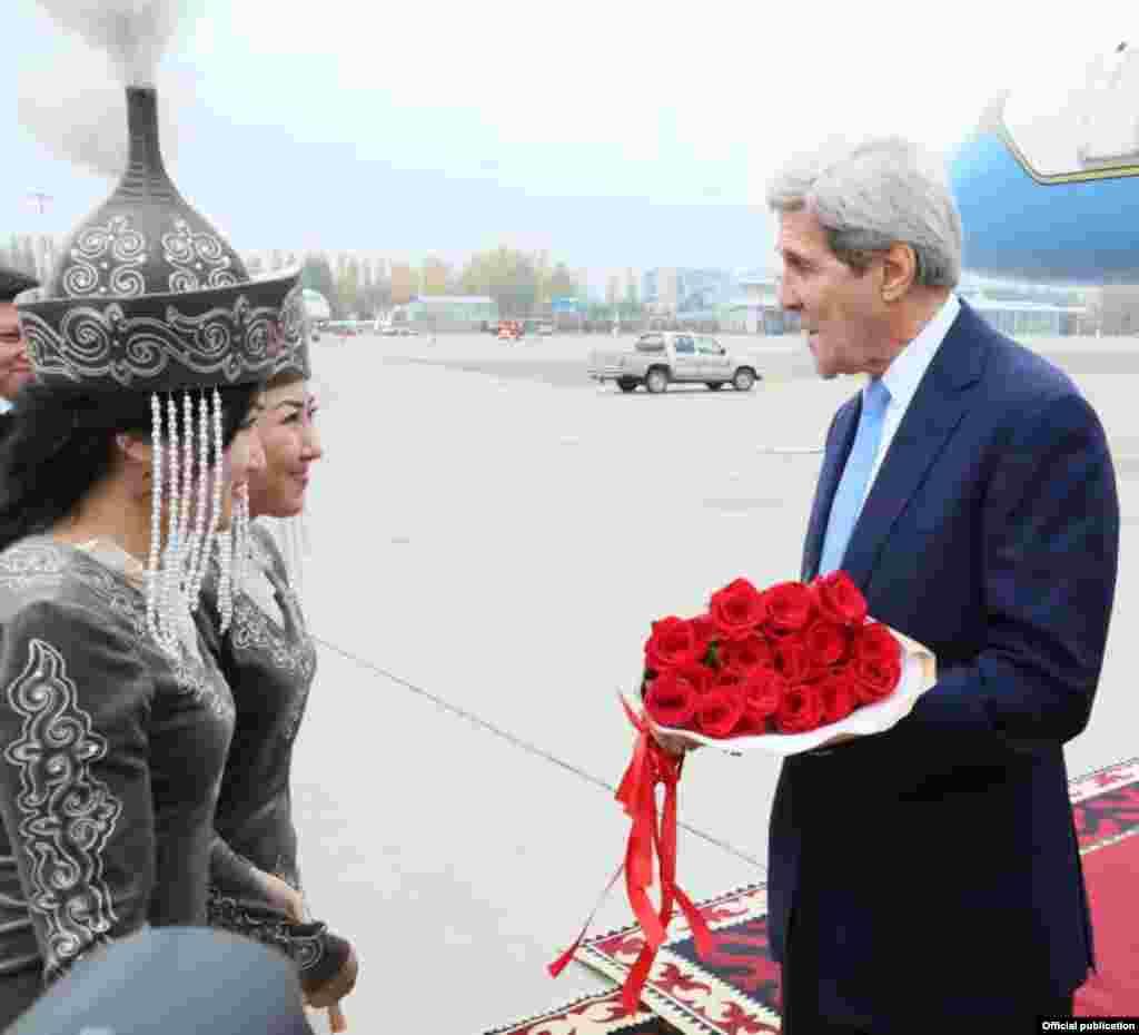 Истиқбол аз Ҷон Керри дар Бишкек.