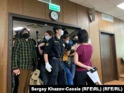 Все желающие не смогли попасть в зал суда из-за необходимости соблюдать социальную дистанцию. За процессом можно было следить по видеотрансляции