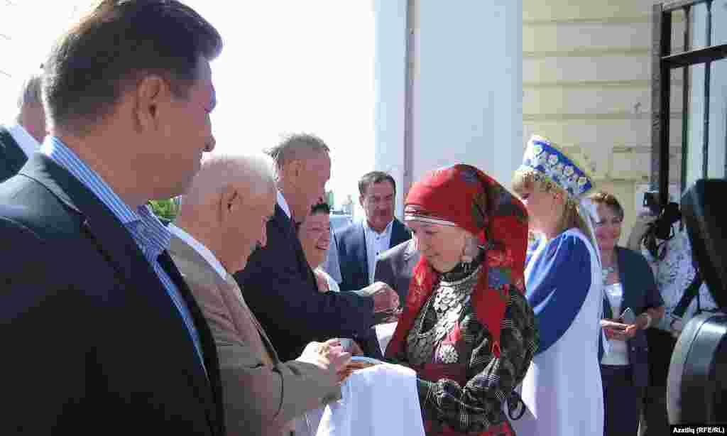 Кунакларны татар, удмурт, рус кызлары милли ризыклар белән каршы алды.