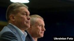 Главный тренер сборной Украины по футболу Олег Блохин (слева) и президент Федерации футбола Украины Григорий Суркис. 14 мая 2012 г