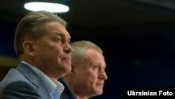 Головний тренер Національної збірної Олег Блохін (ліворуч) і президент Федерації футболу України Григорій Суркіс, Київ, 14 травня 2012 року