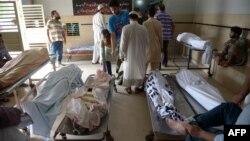 Родственники погибших во время жары людей в здании морга организации Edhi в Карачи. 23 июня 2015 года.