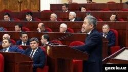 Ombudsman Ulug'bek Muhammadiyev parlament deputatlari huzurida.