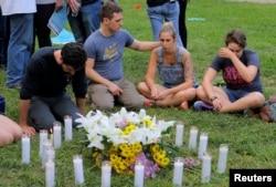 Charlottesville sakinləri hadisə qurbanlarını yad edirlər. 13 avqust, 2017
