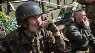 Українські військовослужбовці на бойових позиціях в селі Піски, недалеко від Донецька, 23 квітня 2015
