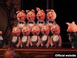 """Сцена из спектакля """"Кошкин дом""""Ростовского театра кукол"""