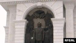 «Қазақ елі» сәулет-мүсін кешенінде қолын Конституцияға қойып тұрған президент Нұрсұлтан Назарбаев кескінделген. Астана, 15 желтоқсан 2009 жыл.