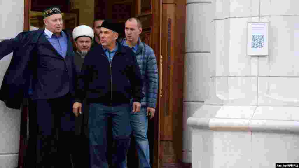 Кол Шәрифтә үткән гает намазынна Татарстан президенты Рөстәм Миңнеханов чыгып килә