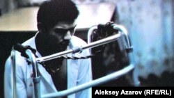 Режиссер Азиз Заировтың «Быть или не быть?» фильмінен көрініс.