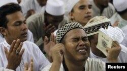 Индонезияда орналасқан «Ислам қорғаушылар майданы» тобының мүшелері «әл-Қаида» террорлық ұйымының жетекшісі Осама бин Ладенге құран бағыштап отыр. Джакарта, 4 мамыр 2011 жыл.