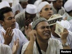 Члены базирующейся в Индонезии группировки «Исламский фронт защитников» совершают молитву в честь лидера экстремистской группировки «Аль-Каида» Усамы бен Ладена. Джакарта, 4 мая 2011 года.