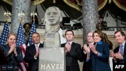 На церемонии открытия бюста Вацлава Гавела в Капитолии 19 ноября