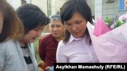 Учитель Айман Сагидуллаева (справа) после оглашения решения суда по иску к директору школы, в которой она работает. Алматинская область, 5 сентября 2016 года.