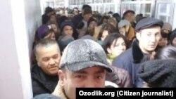 Узбекистанцы на КПП «Гишткуприк» (бывшая «Черняевка») на границе с Казахстаном.