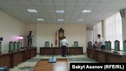 Азимжан Асқаровтың соты өтіп жатқан зал.