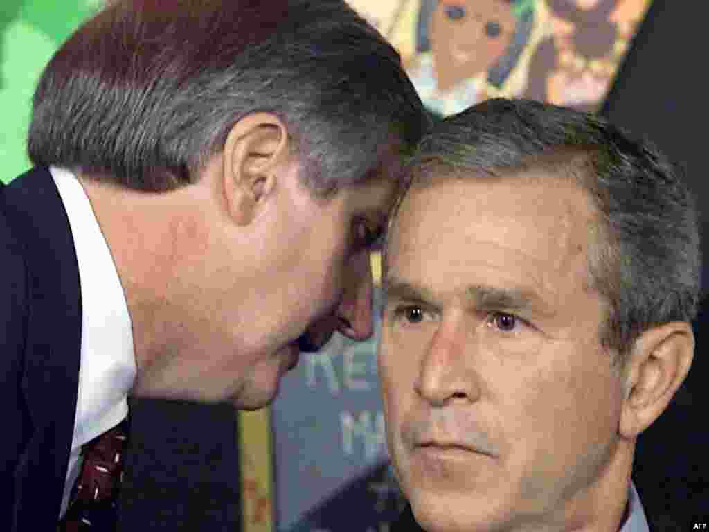 11 вересня 2001 року - Президент Джордж Буш відвідував школу у Флориді, де, за традицією, читав дітям книжку, коли голова його адміністрації Ендрю Кард (зліва) повідомив про те, що пасажирські авіалайнери таранили будівлю Світового Торгового Центру у Нью-Йорку.