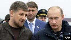 Президент России Владимир Путин (справа) и глава Чечни Рамзан Кадыров.