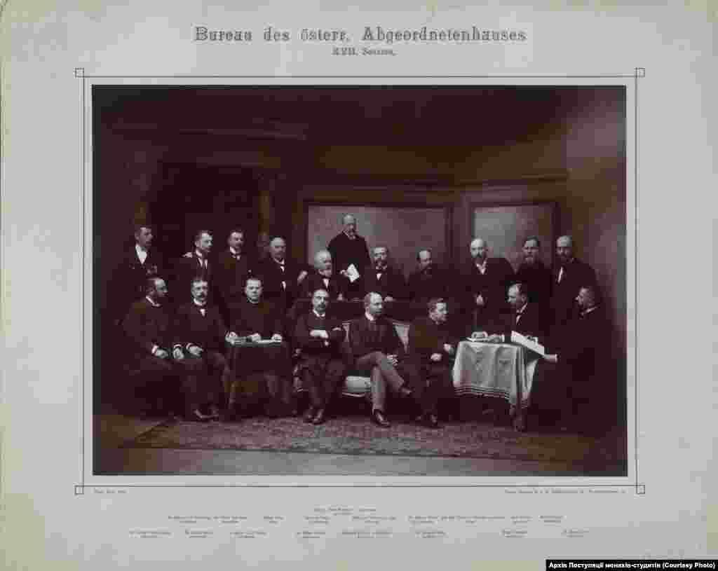 Секретар австрійського парламенту граф Казимир Шептицький (стоїть другий зліва) серед грона політиків