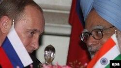 Архивска фотографија: Рускиот претседател Владимир Путин и индискиот премиер Манмохан Синг.