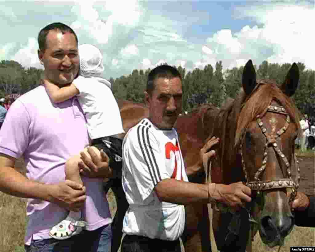 Шарлык районы Яңамуса авылыннан ат чабышында икенче урынны алган Рафик Бадамшин