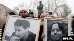 A memorial picket to slain journalist Anastasia Baburova and rights lawyer Stanislav Markelov shortly after the January 2009 killings.
