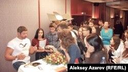 """Aktyor Valeriy Nikolaev (chapda) """"Yevrosiyo"""" kinofestivali mehmonlari bilan muloqot chog'ida, Olmaota, 2014 yil 15 sentyabri."""
