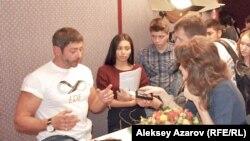 Российский актер Валерий Николаев общается с гостями кинофестиваля «Евразия». Алматы, 15 сентября 2014 года.