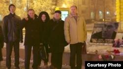 Представители Центра поддержки гражданских инициатив по увековечиванию памяти Бориса Немцова у мемориала