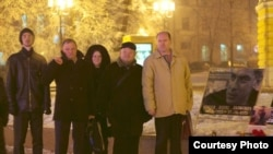 Представители Центра поддержки гражданских инициатив у мемориала Бориса Немцова в Нижнем Новгороде, январь 2016 год